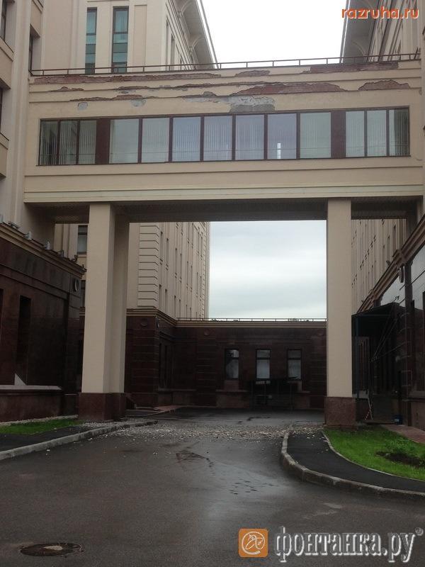С нового здания горсуда уже обвалилась штукатурка.На строительство было потрачено 2,4 млрд рублей. Кто получил откат?