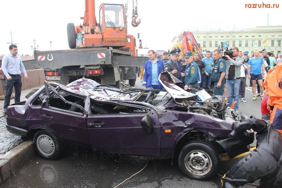 Из Невы достали упавший с Троицкого моста автомобиль (14 фото) новое